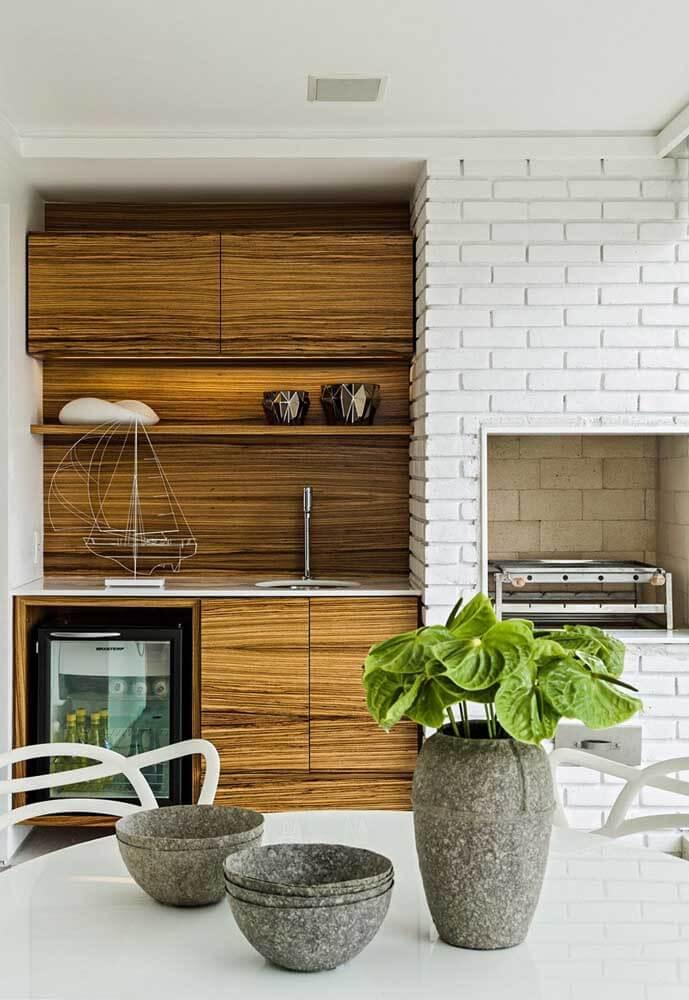 Decoração moderna com churrasqueira de tijolinho branca