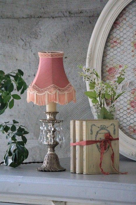 Decoração vintage com abajur antigo cor de rosa