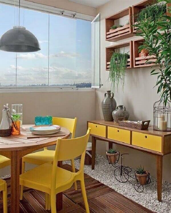Decore a varanda com aparador pé palito amarelo. Fonte: Pinterest