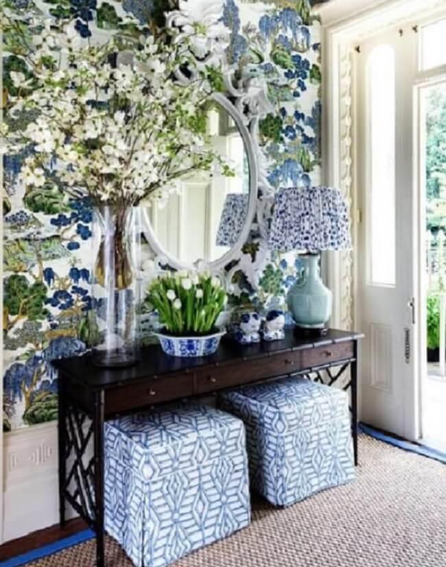 Decore o aparador preto com gaveta com vasos de flores. Fonte: Pinterest