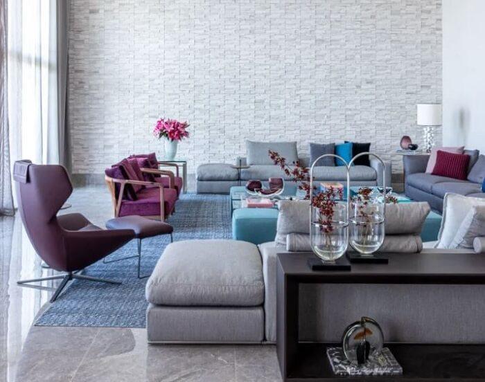 Em muitos projetos o aparador preto para sala é posicionado atrás do sofá. Projeto de Marília Veiga Interiores