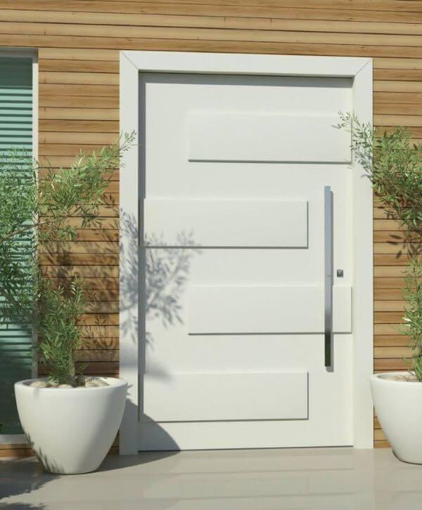 Entrada de casa com porta pivotante branca
