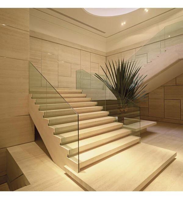 Escada de granito bege com guarda corpo de vidro
