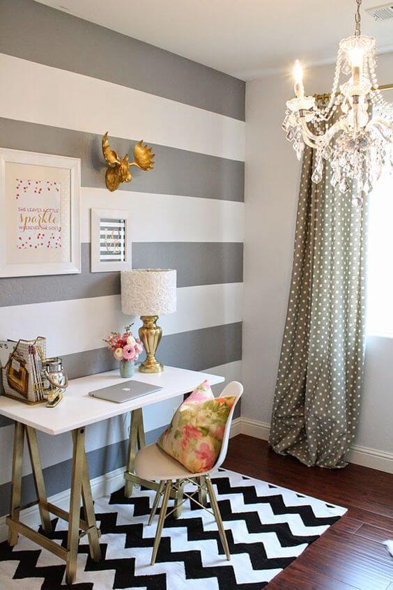 Escritório decorado com tapete chevron e mesa branca
