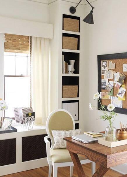 Escritório com estante de gesso