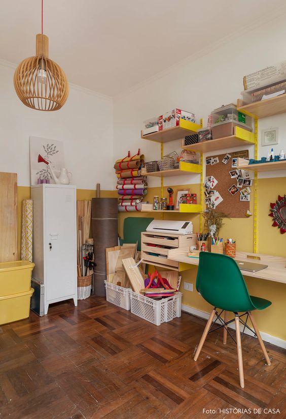 Escritório com piso marrom de taco no escritório