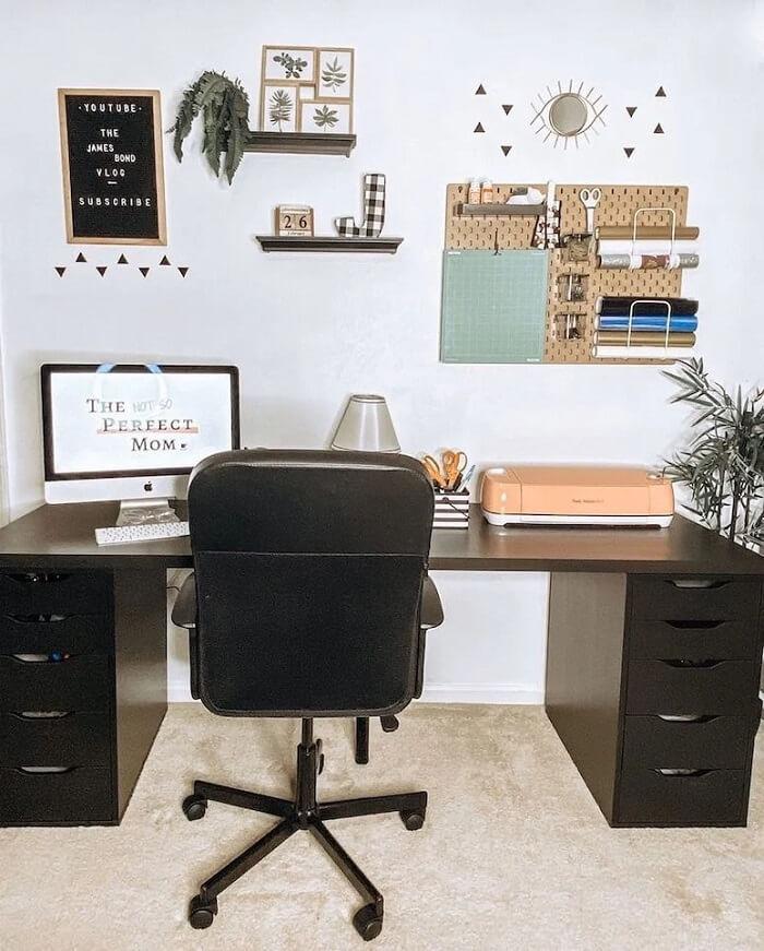 Escrivaninha com gaveteiro preto ajuda na organização de itens de papelaria. Fonte: Ashley Justine