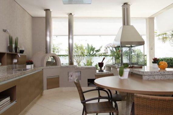 Churrasqueira gourmet para área externa com móveis de madeira planejada