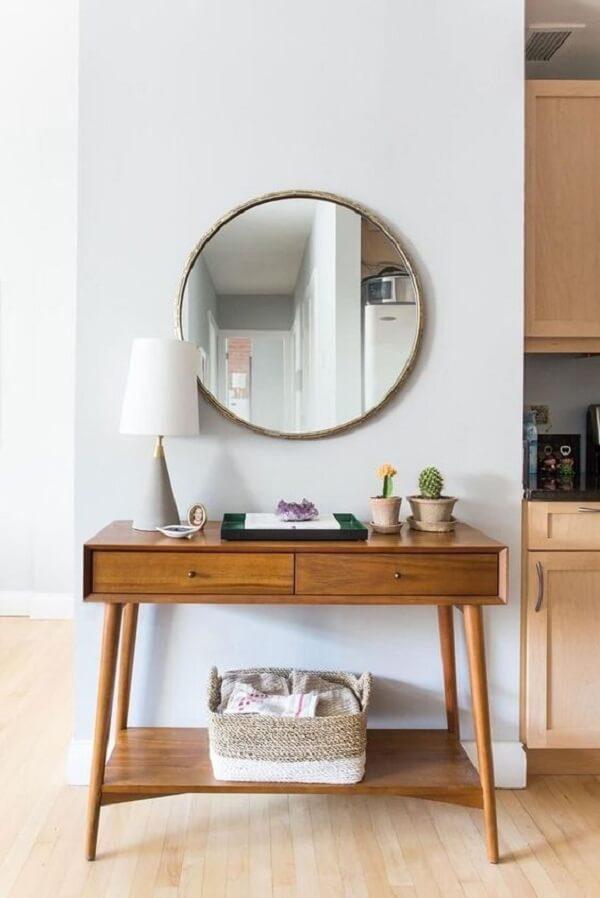 Espelho redondo e aparador para sala pé palito decoram o cômodo. Fonte: Pinterest