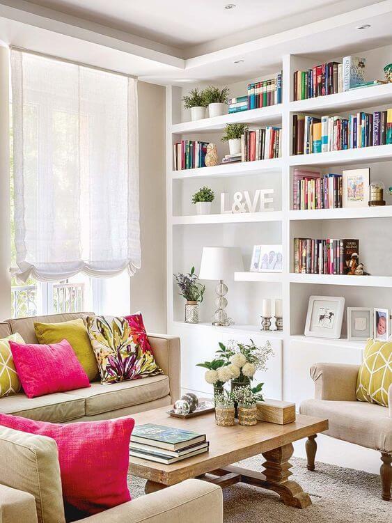 Estante de gesso branca para livros na sala de estar moderna