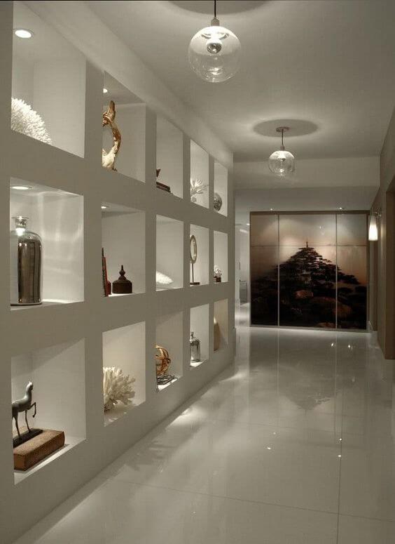 Estante de gesso branca para sala de estar moderna com decoração nos nichos