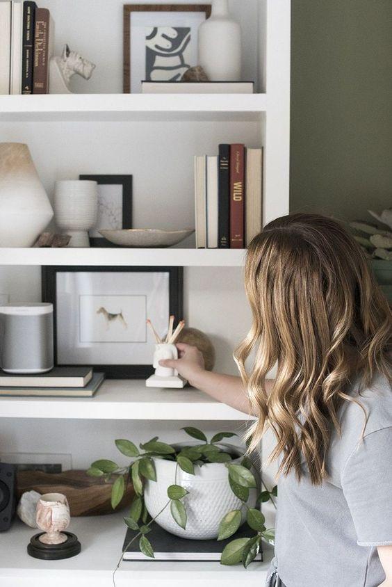 Estante de gesso na sala de estar