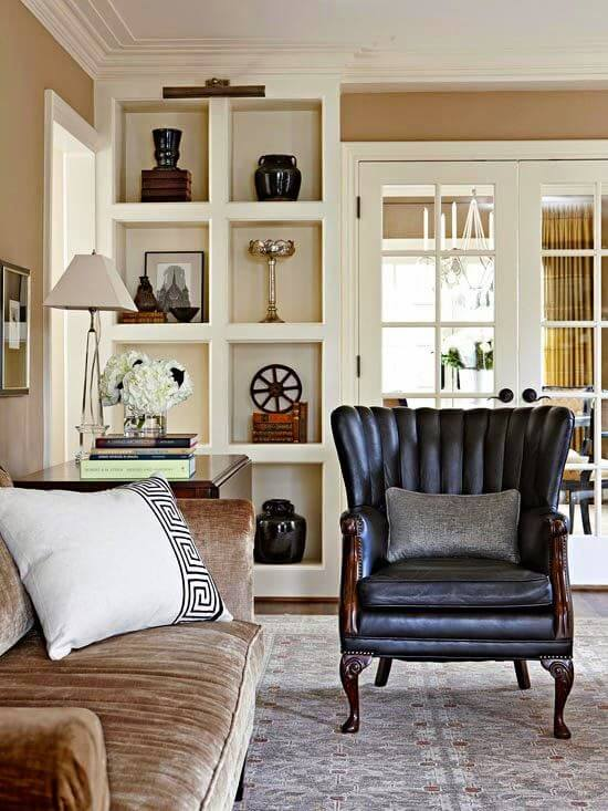 Estante de gesso na sala de estar clássica
