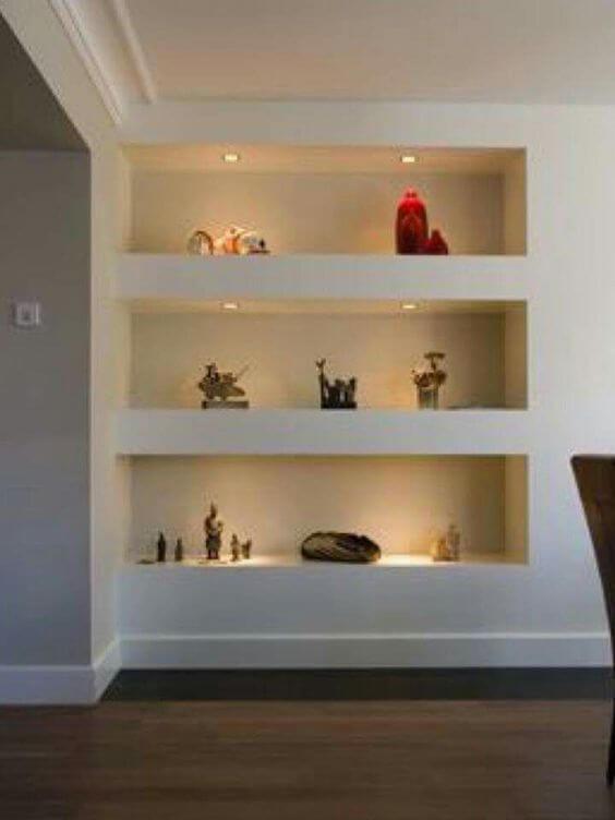 Estante de gesso na sala de estar com iluminação embutida