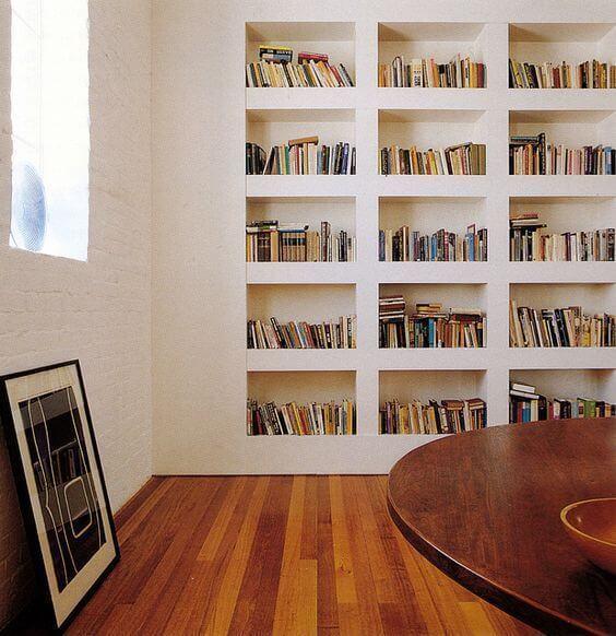 Estante de gesso para livros