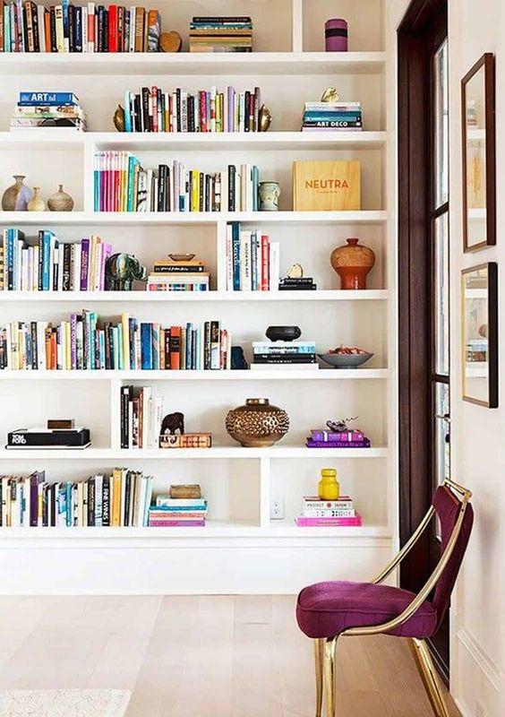 Estante de gesso para livros na sala de estar