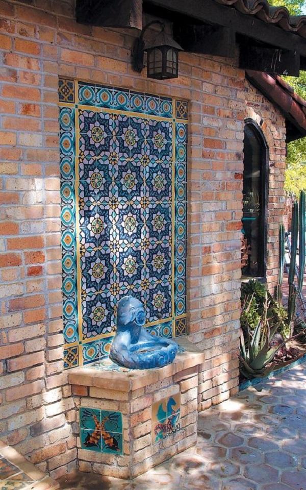 Fachada com revestimento de parede externa em cerâmica e tijolo aparente. Fonte: Pinterest