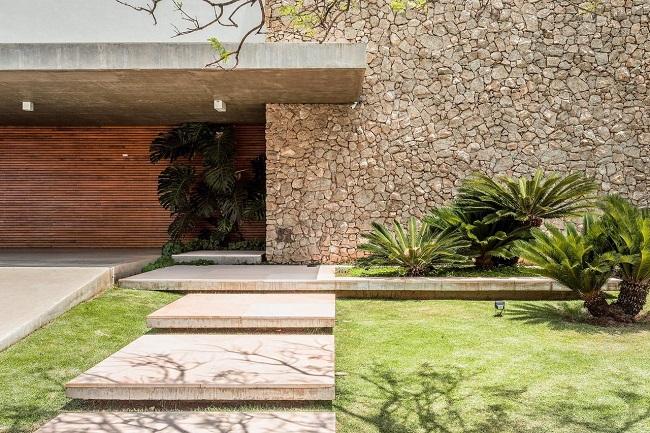 Fachada rústica com revestimento para área externa em pedra. Projeto de Antônio Ferreira Junior e Mário Celso Bernardes