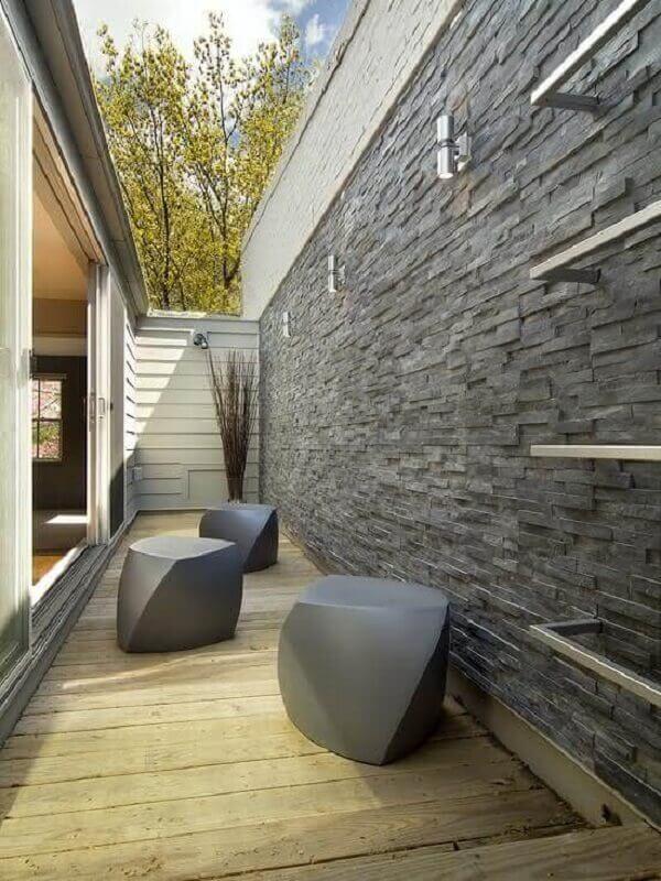 Filetes de pedra ardósia usadas como revestimento para varanda externa trazem sofisticação para o espaço. Fonte: Pinterest