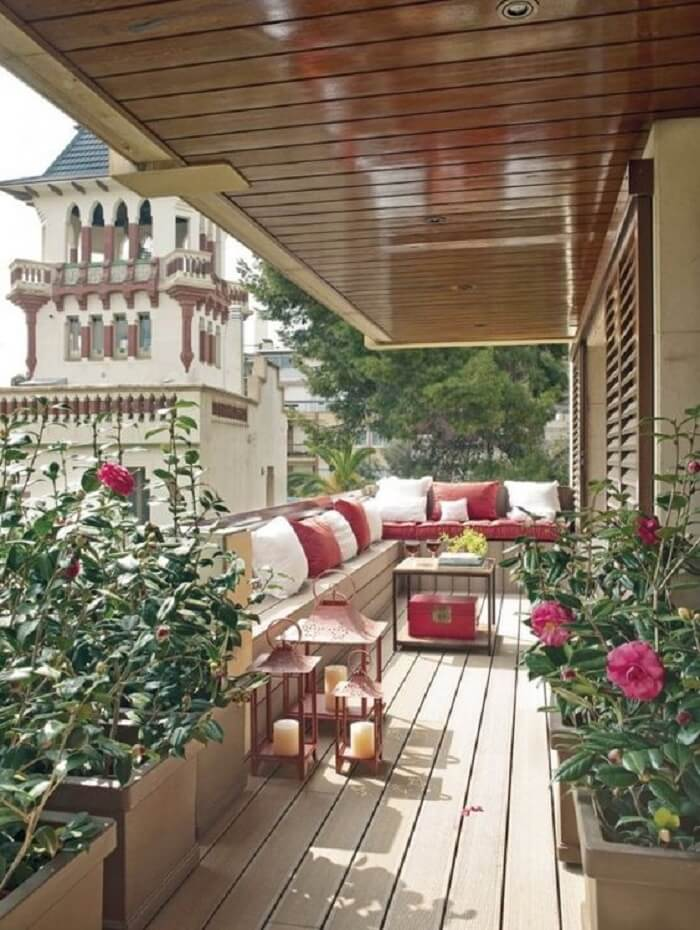 Flores e móveis rústicos para sacada com deck de madeira