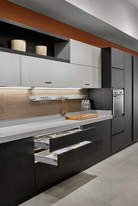 Granito cinza absoluto com armários cinza escuro