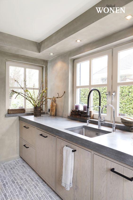Granito cinza com armário de madeira