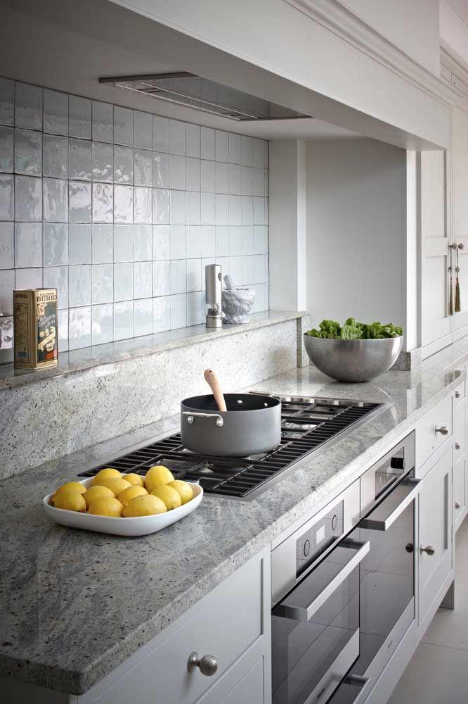 Granito cinza com armários brancos para cozinha moderna
