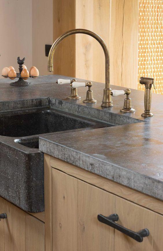 Granito cinza com torneiras em dourada