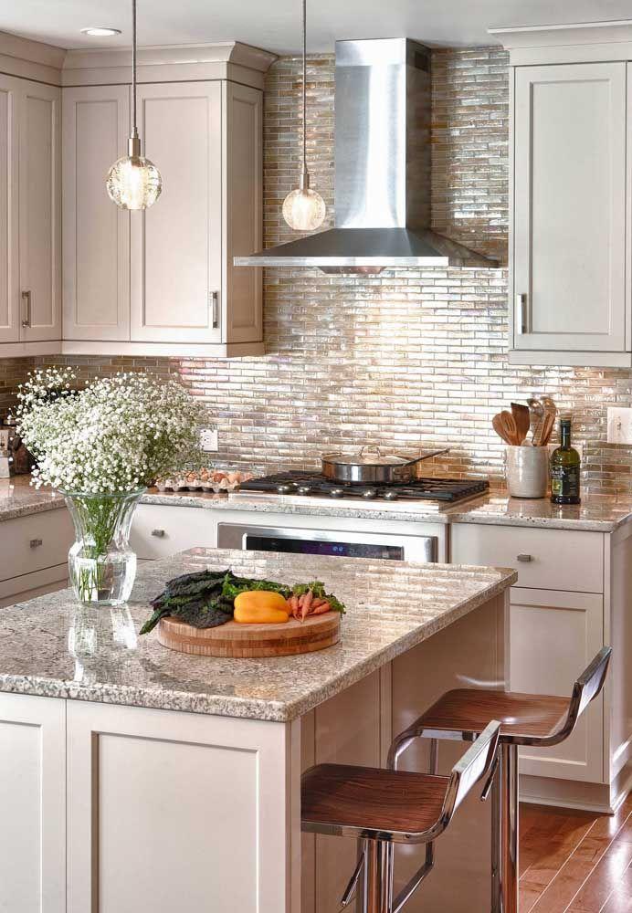 Granito cinza para cozinha americana com banquetas e iluminação moderna