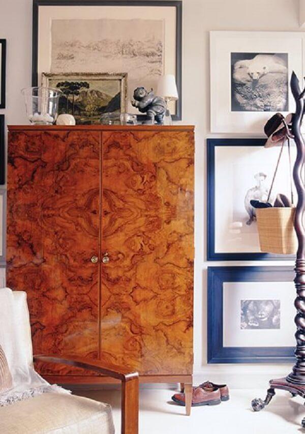 Guarda roupa rustico para quarto decorado com poltrona e quadros lindos