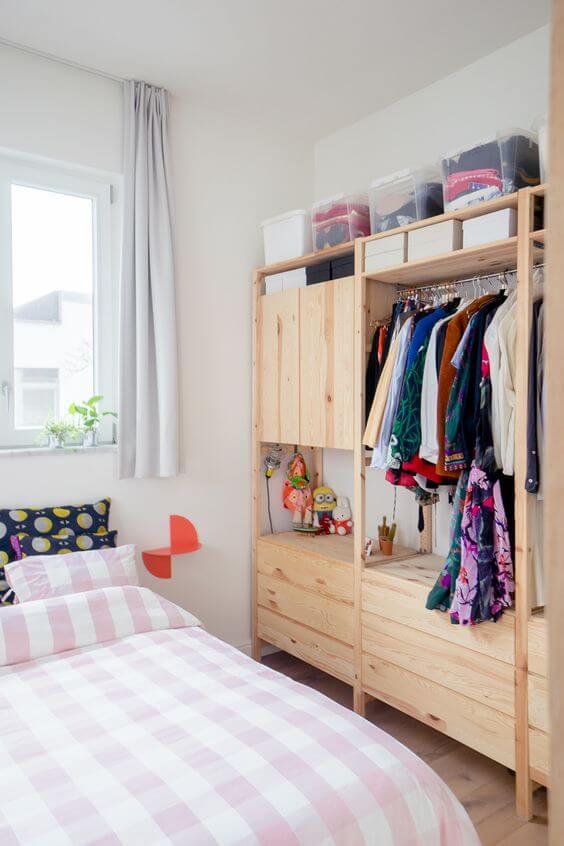 Guarda roupa rustico ao lado da cama