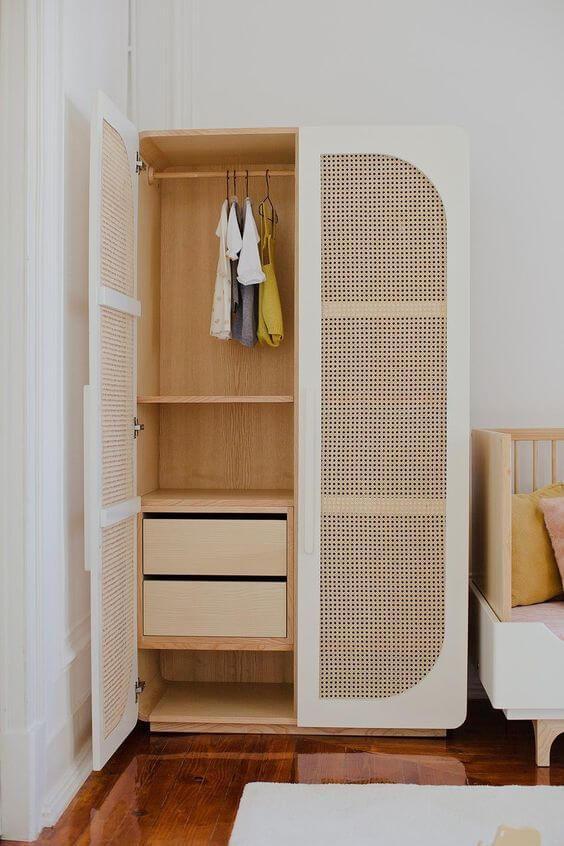 Guarda roupa rustico de madeira e portas brancas