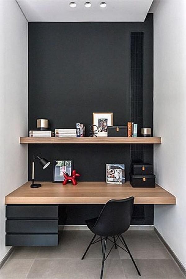 Home office com gaveteiro preto suspenso. Fonte: Pinterest