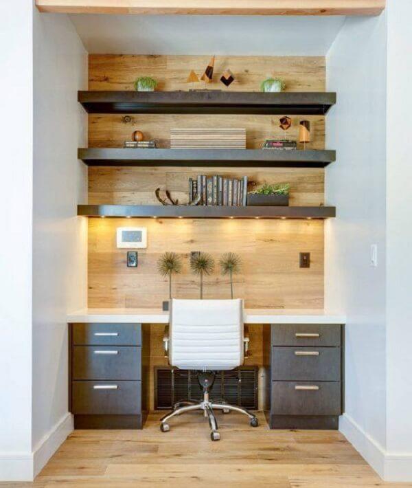 Home office pequeno com gaveteiro preto fosco planejado. Fonte: Pinterest
