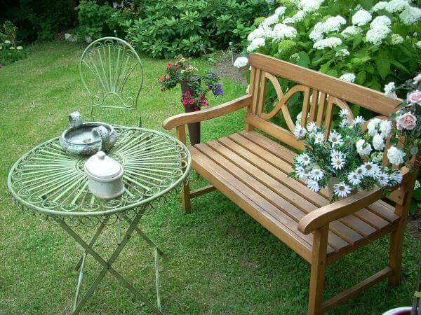Ideias criativas para jardim com banco com mesinha de ferro