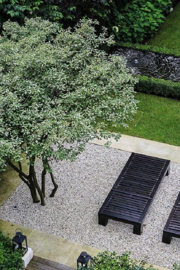 Ideias de jardim com pedras, árvores e bancos. Fonte: Pinterest