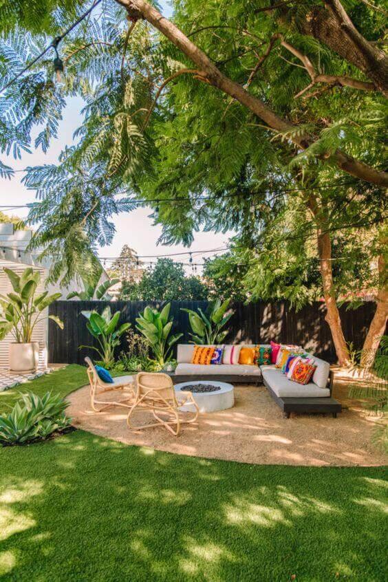 Ideias para jardim aconchegante com móveis coloridos