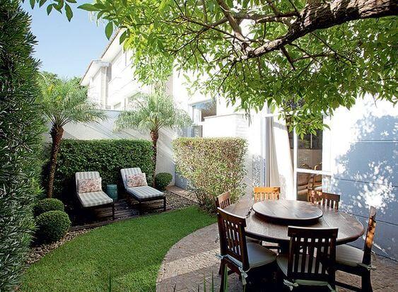 Ideias para jardim com cerca viva e espreguiçadeiras