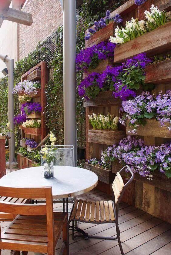 Ideias para jardim com flores violetas e móveis de madeira