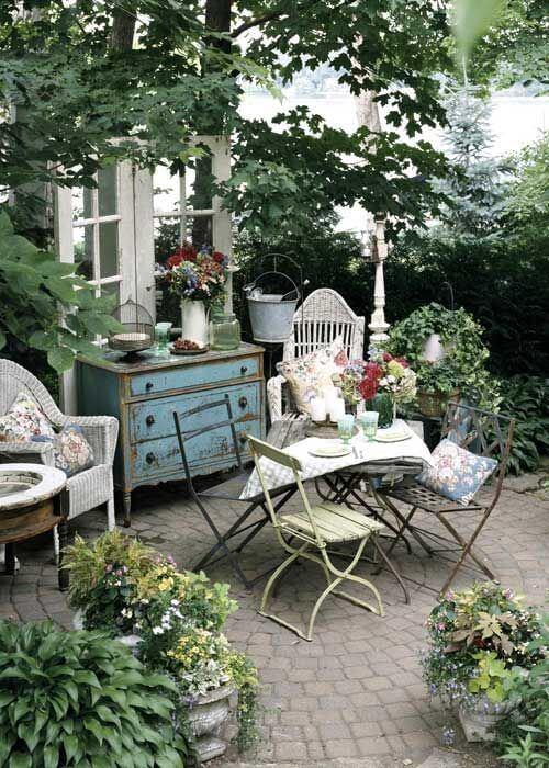 Ideias para jardim romântico com plantas e móveis provencais