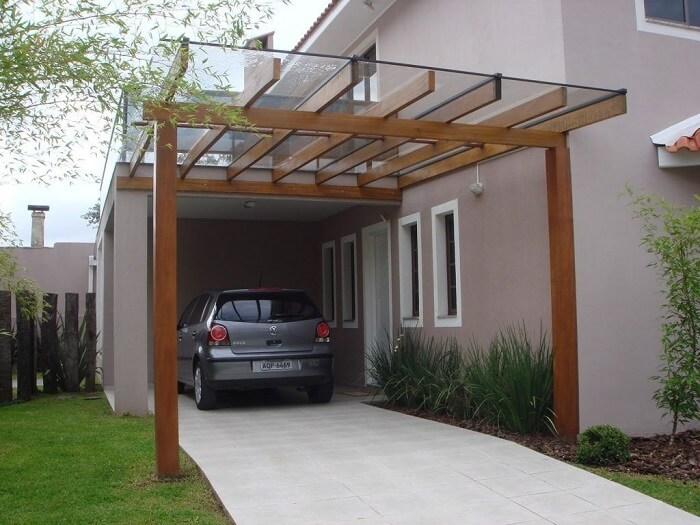 Imóvel com cobertura de vidro para garagem com estrutura de madeira. Fonte: Revista Viva Decora