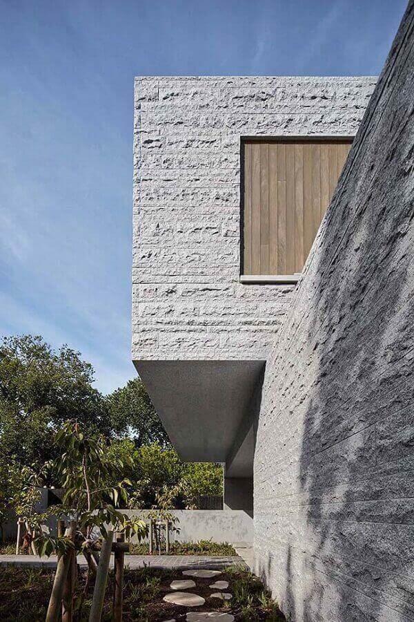 Inove no projeto e use a pedra miracema como revestimento de parede externa. Fonte: Pinterest