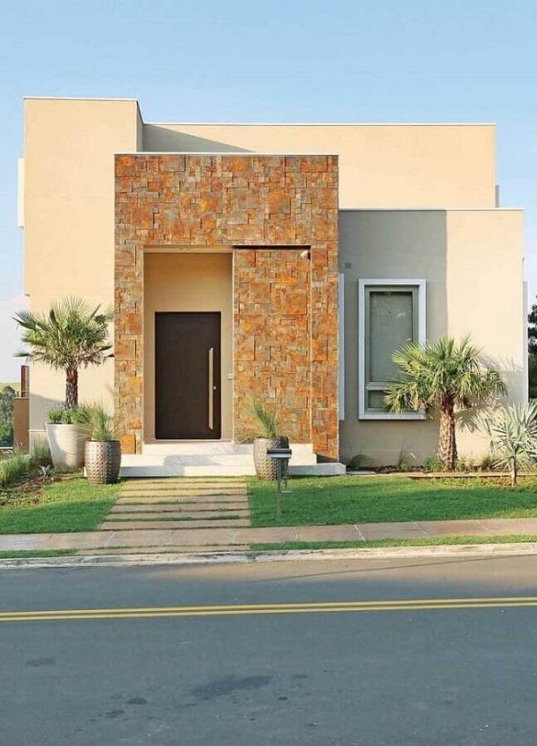 Invista em uma boa impermeabilização da fachada das casas com revestimento externo em pedra ferro. Fonte: Pinterest