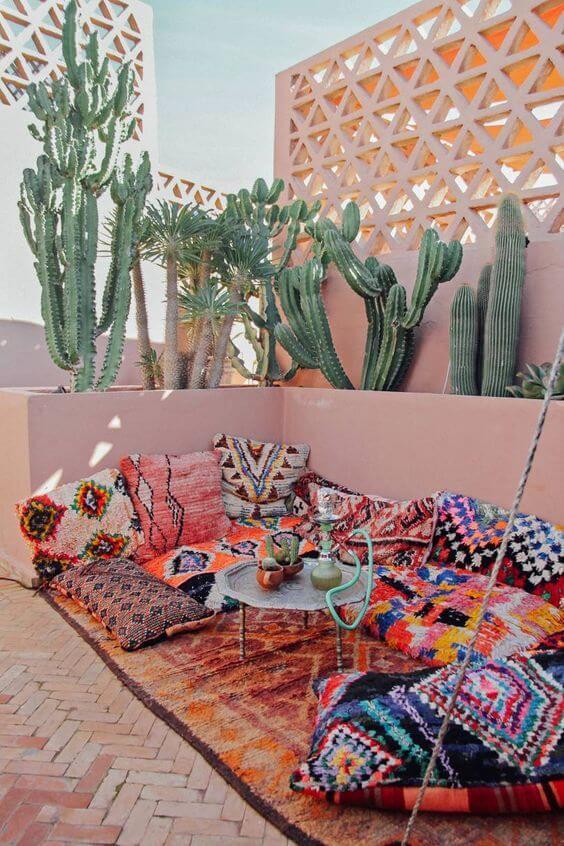Jardim com cactos tapete e almofadas estampadas