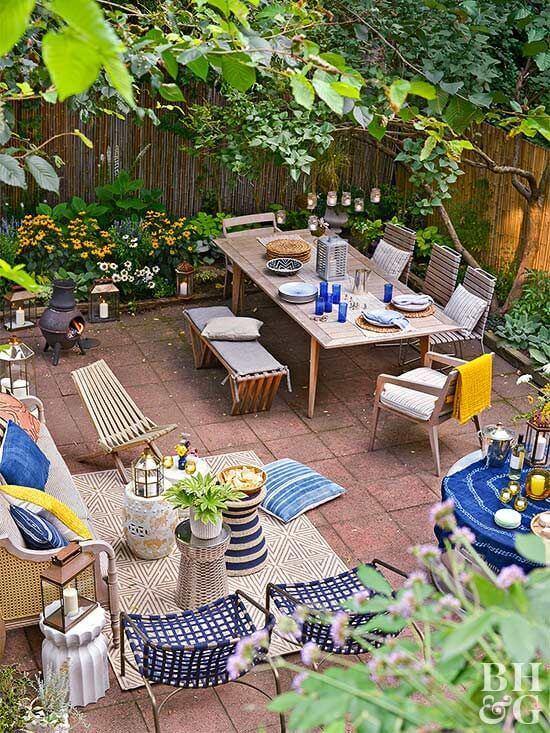 Jardim com mesa para área externa, cadeiras e poltronas confortáveis