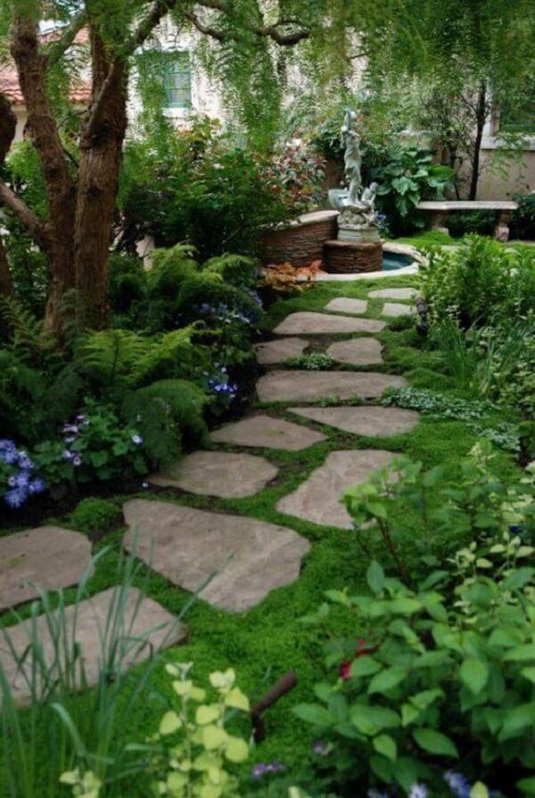 Jardim com pedras São Tomé decoram essa linda área externa. Fonte: Pinterest