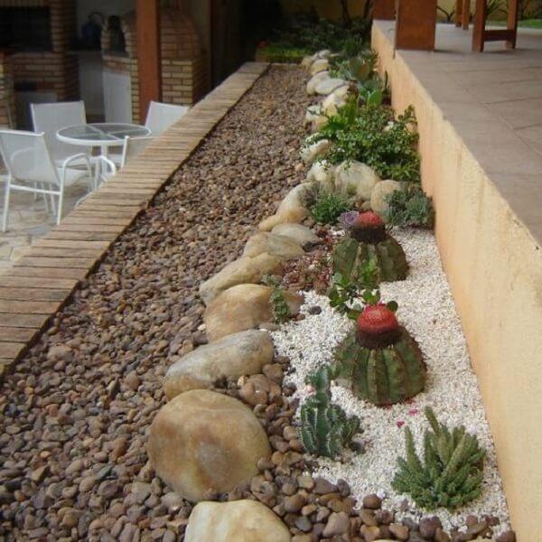 Jardim com pedras e cactos decoram o canteiro da casa. Fonte: Arkpad