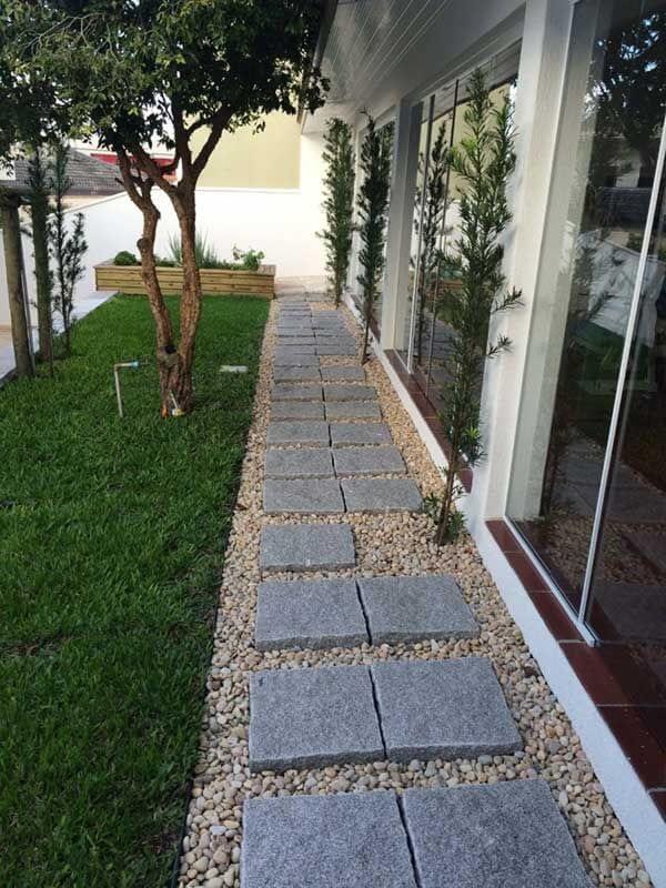 Jardim com pedras e placas de granito. Fonte: Pinterest