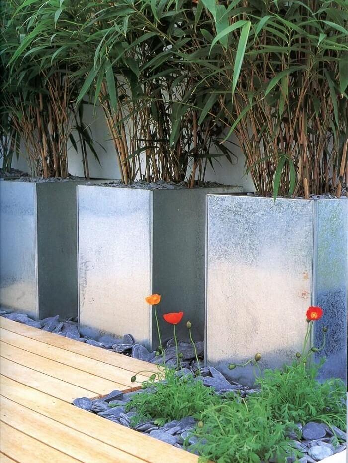 Jardim com pedras grandes e vasos sofisticados. Fonte: Pinterest