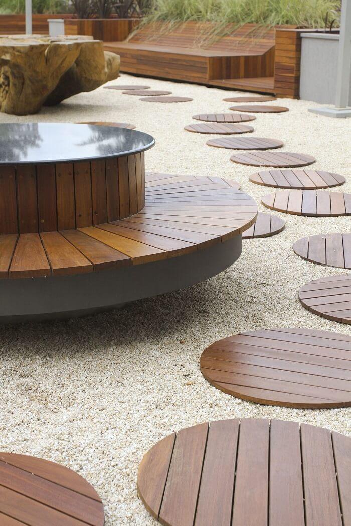 Jardim com pedras rústicas e placas de madeira. Fonte: Parquet União